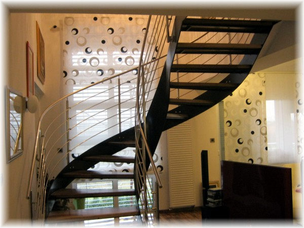Stepenice izrađujemo prema našim ili vašim projektima. Moguće je
